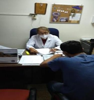 Doctora López durante una consulta médica. Archivo.
